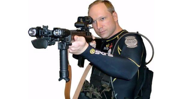 В YouTube се появява слайдшоу, в което се вижда Брайвик, облечен вкомпресиращо облекло и оръжие