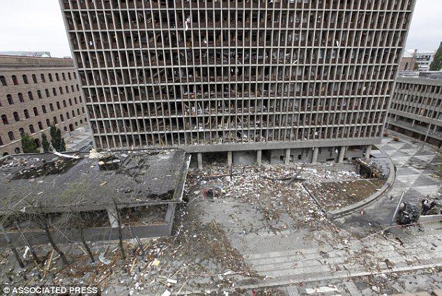 Ударната вълна от взрива изпочупва прозорците на съседните сгради и дъжд от стъкла и отломки завалява по улиците