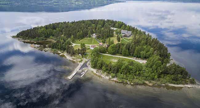 Гористият, идиличен остров Утьоя се намира в езерото Тирифиорден